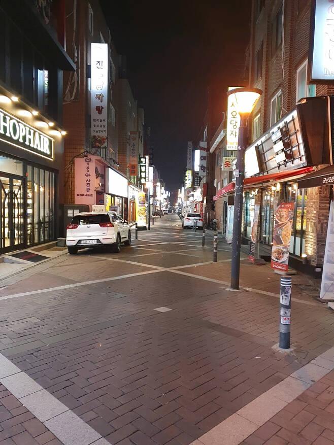 지난 22일 저녁 서울의 대표적 유흥가 중 한 곳인 광진구 건대입구역 근처 골목의 모습. 저녁 시간이지만 사람들이 드문드문 보이는 등 한적한 모습을 보이고 있다. 김지헌 기자/raw@heraldcorp.com