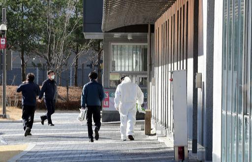 충격 방역복을 입은 관계자 등이 25일 코로나19 대규모 집단감염이 발생한 서울 송파구 동부구치소로 들어가고 있다. 동부구치소에서는 전날 288명이 확진 판정을 받았다. 이재문 기자