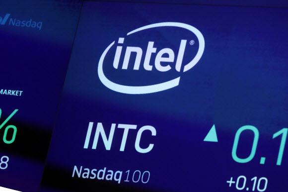 미국의 반도체 제조업체 인텔이 16일 이스라엘에 본사를 둔 AI 반도체 스타트업 '하바나 랩스'를 인수했다. 사진은 지난 10월1일 미국 뉴욕 나스닥 증시의 전광판에 나타난 인텔 로고. 뉴욕 AP 연합뉴스