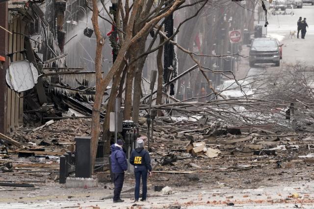 성탄절인 25일(현지시간) 차량 폭발 사건이 발생한 미국 테네시주 내슈빌 현장에 경찰이 출동해 대응하고 있다. /AP=연합뉴스