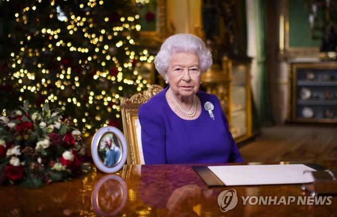윈저성에서 성탄 메시지를 전하는 엘리자베스 2세 영국 여왕 [AP=연합뉴스]