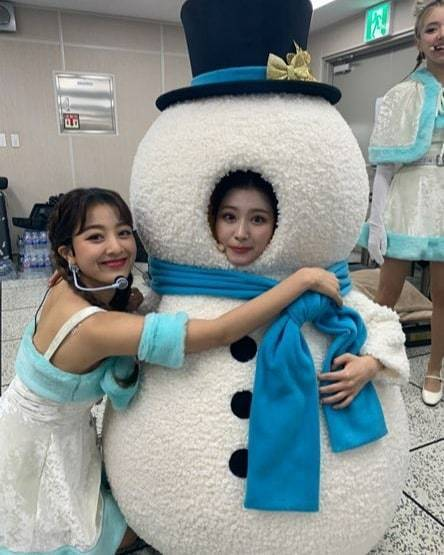 Group Twice member JIHYO celebrated Sanas birthday.JIHYO said on December 29th, My eternal partner is Shasha.Thank you for always being with our team A loved one. In the photo, JIHYO loves Sana, who is wearing a snowmans mask, and the dazzling beauty of the two, who stand out even when they take a rough picture, has made their eyes happy.Another photo featured a selfie of JIHYO and Sana, with a clear eye and a warm image of the two people in the world.