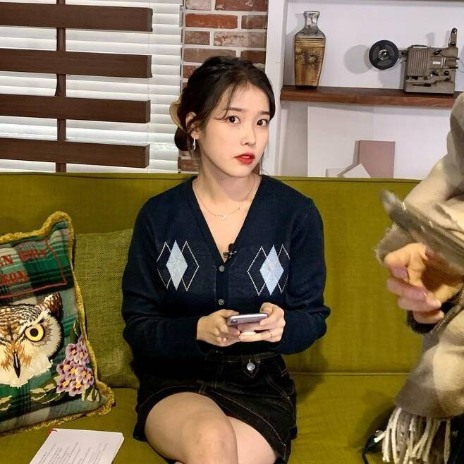 Singer and actor IU shared a cute recent situation.The IU posted several photos on its Instagram on December 30 with heart emoticons.In the open photo, IU is sitting on the sofa and staring at the camera with a new look. It matches casual cardigan and skirt to create a comfortable and stylish atmosphere.She showed off her delicate body and still lovely visuals, making fans feel excited.Meanwhile, IU will appear in Lee Byung-huns next film, Dream.