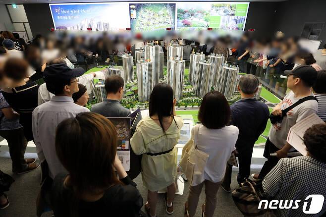 서울의 한 분양단지 견본주택이 고객들로 북적이고 있다. 2019.5.17/뉴스1 © News1 이광호 기자