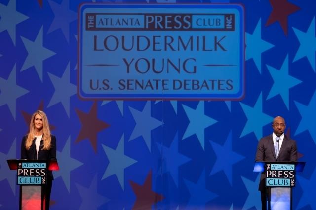 토론회에 참석한 켈리 뢰플러 상원의원(왼쪽)과 라파엘 워녹 민주당 후보. 로이터연합