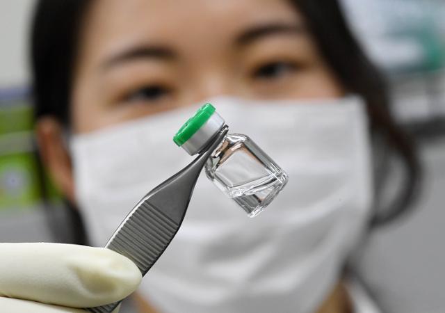 전남생물의약연구센터 소속 원구원이 백신 원액이 담긴 시료 용기를 살펴보고 있다.