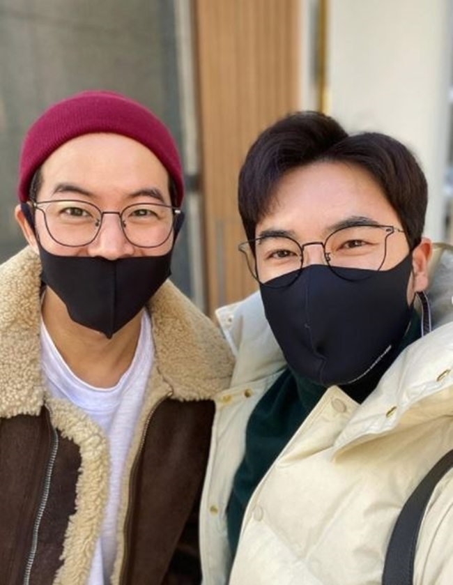 , best friend Lee Sang-yoon and Sushi meeting Mask can not look goodstylist kim uriGa actor Lee Sang-yoon boasted a strong friendship with him.kim uriI meet twice a year, said Lee Sang-young, a younger brother who cant escape even if she faces Mask on January 7.I have met in a while and have been so hot these days. I have been so sorry that I can not travel with a delicious sushi lunch. kim uri in the pictureAnd Lee Sang-yoon is beaming at each other with his shoulders around each other, their distinct eyes twin-like.kim uriBy the way, Sang Yoon-a, you are as cool as an actor today. The next meeting is Sungsu-dong wine gogo, Lee Sang-young and the following promised.