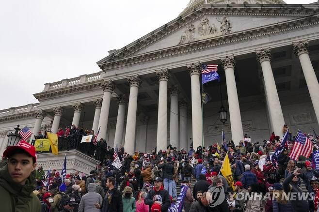 의회의사당에 몰려든 트럼프 지지자들 [AP=연합뉴스]