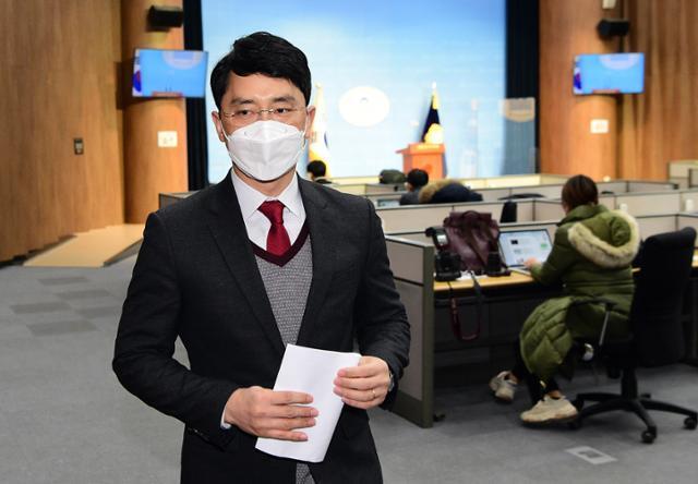 인턴 비서 성폭행 의혹으로 국민의힘을 탈당한 무소속 김병욱 의원이 8일 국회 소통관에서 기자회견을 마친 후 이동하고 있다. 뉴시스