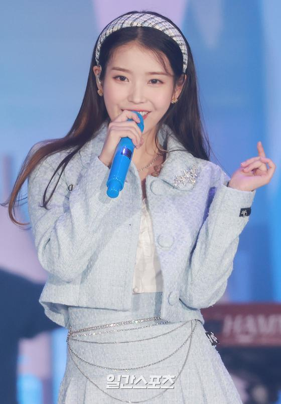 Singer IU is performing a celebration after winning the main prize in the 35th 2021 Golden Disk Awards with Curaprox digital sound recording category held at KINTEX in Daehan-dong, Goyang-si, Gyeonggi-do on the afternoon of the 9th day.35th 2021 Golden Disk Awards with Curaprox will be broadcast on JTBC, JTBC2 and JTBC4.01. 09/
