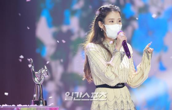 Singer IU is performing an encore performance after winning the Grand Prize in the digital sound source category of the 35th 2021 Golden Disk Awards with Curaprox held in Untact on the afternoon of the 9th.35th 2021 Golden Disk Awards with Curaprox will be broadcast on JTBC, JTBC2 and JTBC4.01. 09/