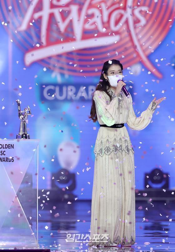 IU is giving a feeling after winning the Digital Soundtrack Grand Prize in the 35th 2021 Golden Disk Awards with Curaprox digital soundtrack category held at KINTEX in Daehwa-dong, Goyang-si, Gyeonggi-do on the afternoon of 9th day.35th 2021 Golden Disk Awards with Curaprox will be broadcast on JTBC, JTBC2 and JTBC4.