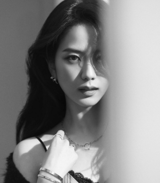 Group BLACKPINK (BLACKPINK and Ji Soo, Jenny Kim, Rose, Lisa) member Ji Soo (JISOO) reveals her mature appearance, drawing attention.Ji Soo released two photos on the official SNS on the 9th; Ji Soo, in the photo reminiscent of the pictorial, shows off her simple and beautiful appearance.Fans who have been exposed to Ji Soos posts have expressed their favorable feelings and expressed their expectations for their activities in 2021; Ji Soo will also meet fans as an actor this year.He was selected as the main character of the drama Snowdrop: Snowdrop (Gase) to be broadcast on JTBC, raising expectations both inside and outside the industry.On the other hand, Ji Soo was selected as the 105th donation fairy on January 3, the birthday of the idol ranking service Choi Adol, based on the enthusiastic affection of domestic and foreign fans.