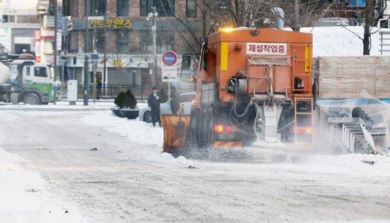 영하 20도의 북극 한파가 몰아친 지난 7일 서울 을지로 일대에서 제설 차량이 얼어붙은 빙판길을 정비하고 있다. 본 기사와는 관련 없음. 뉴스1