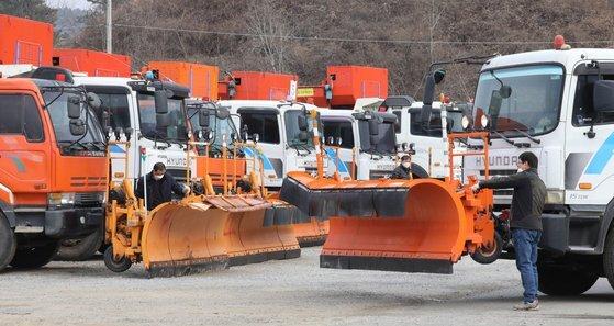 지난해 12월 10일 세종시의 한 제설차 차고지에서 관계자가 제설용 트럭과 장비를 정비하고 있다. 본 기사와는 관련 없음. 뉴스1