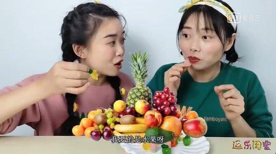 """'중국판 유튜브' 아이치이(iQIYI)에서 여성 크리에이터들이 여러 가지 젤리를 품평하는 가운데 """"내게 필요한 건 과일""""이라며 천연 과즙 젤리를 높게 평가하고 있다. [사진 iQIYI 캡처]"""