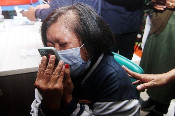 9일(현지시간) 해상에 추락한 인도네시아 스리위자야 여객기 탑승객의 가족이 10일 사고 해상 인근 부두에서 눈물을 흘리며 구조 소식을 기다리고 있다. [로이터=연합뉴스]