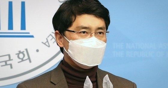 성폭행 의혹에 휩싸여 국민의힘을 탈당한 김병욱 의원이 기자회견을 하고 있는 모습. 뉴스1