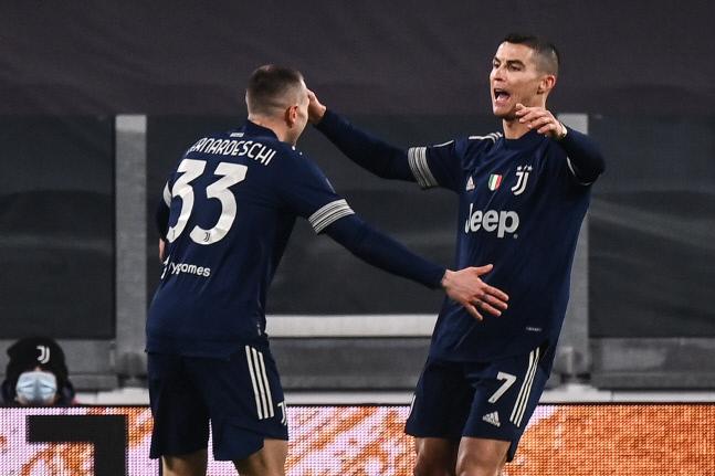유벤투수의 크리스티아누 호날두(오른쪽)가 지난 10일(현지시간) 사수올로와의 2020~2021 이탈리아 세리에A 안방경기에서 골을 넣은 뒤 동료와 기쁨을 나누고 있다. 호날두는 이날 골로 15시즌 연속 15득점 이상을 기록했다. 토리노/AFP 연합뉴스