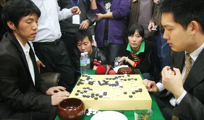 2010년 3월 열린 제11회 농심배 최종국 종료 직후 모습. 이창호(왼쪽)가 창하오를 흑 불계로 제압, 한국의 9번째 우승을 이끌었다. /한국기원