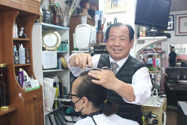 권홍식 달구벌명인이 이용실에서 고객의 머리를 다듬고 있다. 권 명인은 중학교를 졸업한 뒤 이용업에 뛰어들어 이용업계에서 최고 명인의 반열에 올랐다. 김광원 기자