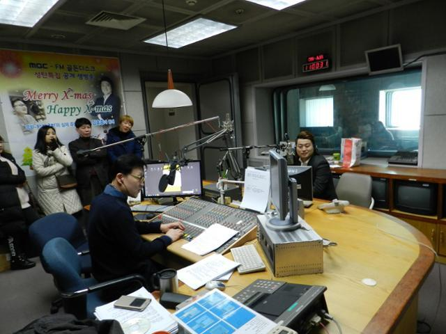 김호중씨를 초청해 라디오 방송을 진행하고 있다.