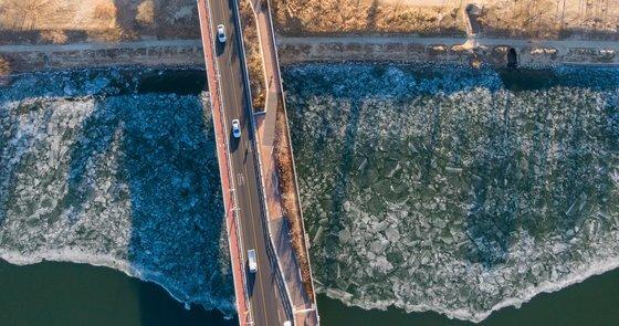 북극에서 밀려 내려오는 한파로 서울 전역에 한파주의보가 내려진 6일 서울 광진교 인근 한강에 얼음이 얼어있다. 뉴스1