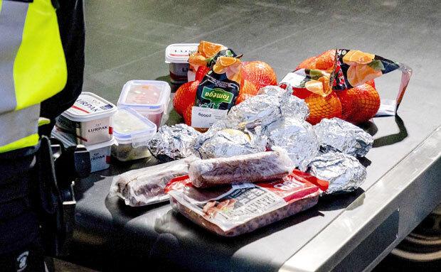 6일(현지시간) 네덜란드 세관원들이 후크반홀란드 항구를 통해 들어온 영국발 입항자들에게서 압수한 음식이 쌓여 있다./사진=EPA 연합뉴스