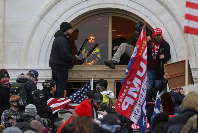 1월6일(현지 시각) 미국 워싱턴D.C. 의사당 건물에 도널드 트럼프 미국 대통령 지지자들이 난입하고 있다. ⓒ로이터=연합뉴스