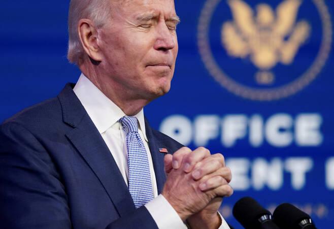 6일(현지 시각) 도널드 트럼프 미국 대통령 지지자들이 선거 무효를 주장하며 워싱턴DC 의사당에 난입하는 초유의 사태가 발생했다. 사진은 이번 사태에 대한 연설 도중 기도하는 조 바이든 대통령 당선인 ⓒ 로이터·연합