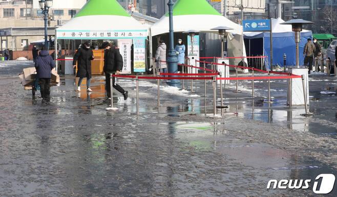 13일 서울역 광장에 마련된 임시선별진료소가 전날 내린 폭설로 다소 통행이 어려운 모습을 보인 채로 한산하다. 2021.1.13/뉴스1 © News1 이성철 기자