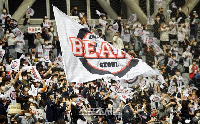 두산 베어스 원정패들이 18일 서울 고척스카이에서 진행된 한국시리즈 2차전 NC와의 경기에서 열띤 응원을 펼치고있다. 김도훈기자 dica@sportsseoul.com
