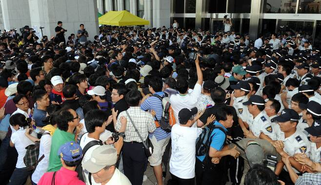 2009년 7월 22일 오후 국회 본관 앞에서 미디어법 직권상정을 거부하며 국회에서 통과되기전 전국언론노조 소속 노조원들이 본관으로 들어가려고 경찰과 몸싸움을 하고 있다./조인원기자
