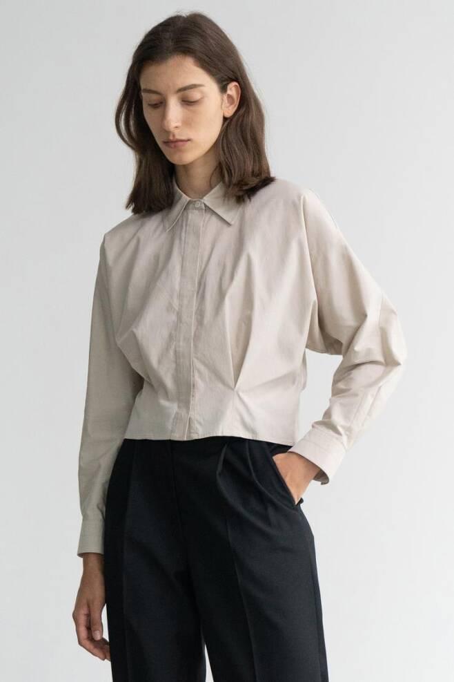 신세경이 착용했던 셔츠는 구아슈 서울 제품. 가격 10만 원대.