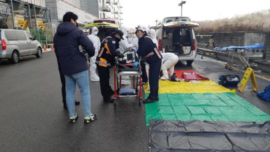 13일 오후 경기 파주시 엘지디스플레이 공장에서 화학물질 유출 사고가 발생해 119 대원들이 구조 작업을 하고 있다.   [파주소방서 제공]