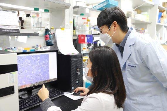 한국생명공학연구원 대사제어연구센터 이은우(오른쪽) 박사가 센터연구원과 함께 실험을 진행하고 있다. 생명공학연구원 제공