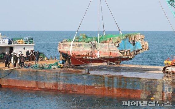 지난 4일 제주항 서방파제 앞 해상에서 지난달 29일 전복돼 침몰한 32명민호 선미 부분이 인양되고 있다. [사진=제주해경 제공] /fnDB