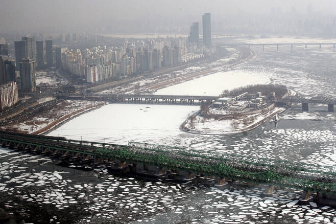 A view of Seoul and the Han River from the 63 Square skyscraper on Jan. 13