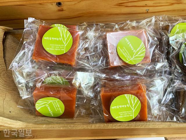 백련동편백농원에서 판매하는 비누. 편백나무에서 추출한 성분을 이용해 치약과 가글, 향신료 등 다양한 제품을 판매한다.
