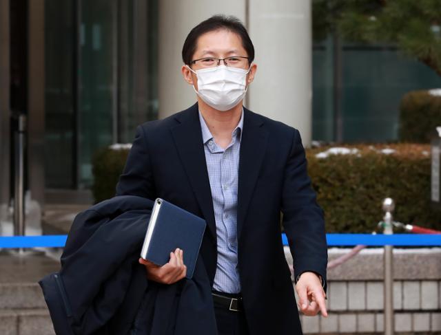 약촌오거리 살인사건의 형사재심과 국가상대 손해배상소송을 맡은 박준영 변호사가 13일 선고 공판을 마친 뒤 법원을 나서고 있다. 뉴스1