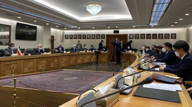 최종건 외교부 1차관이 지난 11일(현지시간) 이란에 억류된 선원들의 조기 석방을 위해 테헤란을 방문, 압돌나세르 헴마티 이란 중앙은행 총재 등 관계자들과 간담회를 하고 있다. 외교부 제공