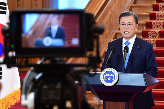 President Moon Jae-in delivers a New Year's speech in the Blue House on Monday.