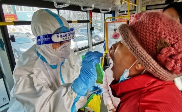 중국 다롄의 한 시내버스 안에서 코로나19 검사를 하는 모습. AFP 연합뉴스