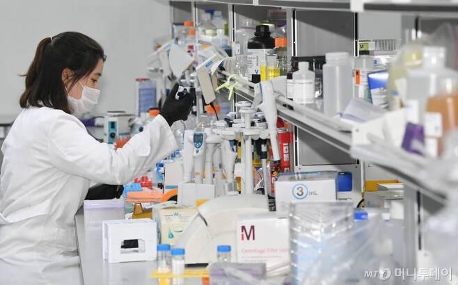 [용인= 뉴시스] 김종택기자 = 13일 오후 경기 용인시 기흥구 GC녹십자에서 연구원들이 신종 코로나바이러스 감염증(코로나19) 완치자 혈장을 활용한 혈장 치료제 개발을 하고 있다. 2020.0513.semail3778@naver.com