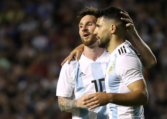 세르히오 아구에로(오른쪽)은 아르헨티나 대표팀 동료인 리오넬 메시와 매우 친한 관계인 것으로 알려졌다. /사진=로이터