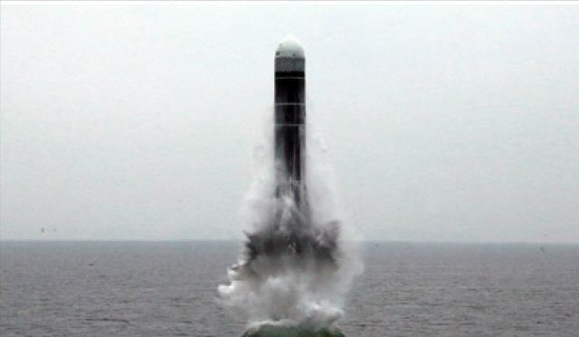 지난해 10월 북한이 SLBM '북극성-3형'을 시험 발사하고 있다.    /연합뉴스