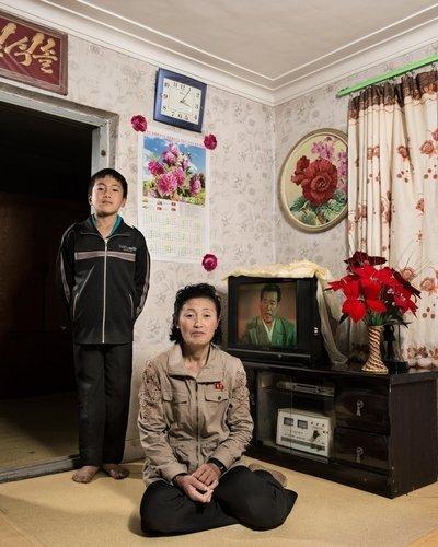 프랑스 사진작가가 촬영한 북한 농부의 가정집 (파리=연합뉴스) 현혜란 특파원 = 프랑스 사진작가 스테판 글라디외가 북한 평안남도 순천시 인근에 사는 농부의 가정집에서 촬영한 어머니와 아들. runran@yna.co.kr