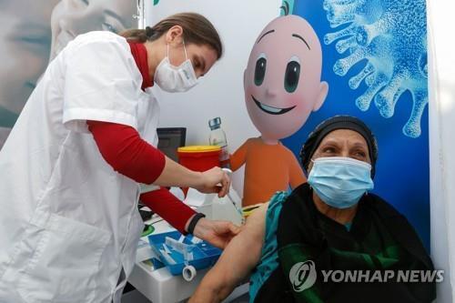 지난 3일(현지시간) 이스라엘의 지중해 연안 도시 텔아비브에서 한 여성이 신종 코로나바이러스 감염증(코로나19) 백신을 맞고 있다.[AFP=연합뉴스 자료사진]