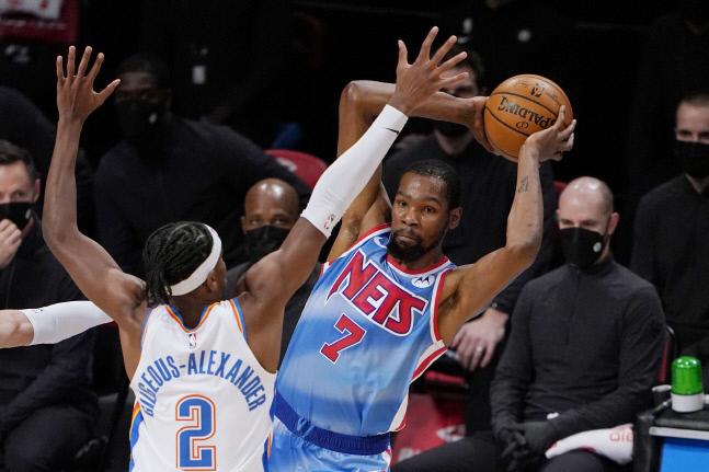 오클라호마시티 선더에서 한솥밥을 먹었던 케빈 두란트와 제임스 하든이 브루클린 네츠에서 뭉쳐 NBA 정상을 노리게 됐다. AP연합뉴스