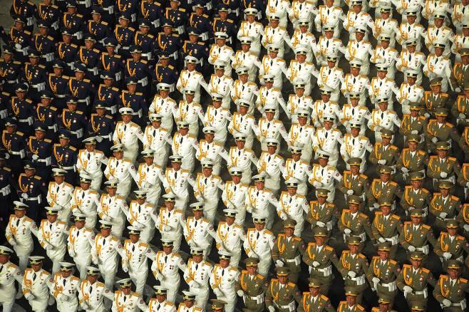 북한군 장병들이 2020년 10월 10일 밤 노동당 창건 75주년을 맞아 평양 김일성광장에서 열린 열병식에서 행진하고 있다.  /노동신문 뉴스1